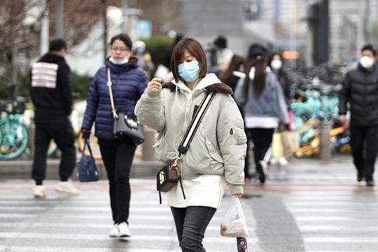 寒潮威力显现 北京雨落寒意浓市民厚装出行