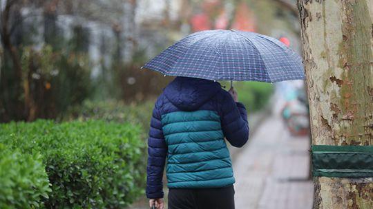 河北石家庄风雨明显 气温骤降秒回冬季