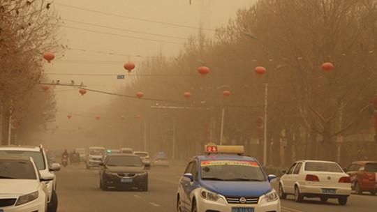 新疆和田皮山县遭遇沙尘 天空昏黄