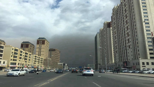 天空瞬间变黑!内蒙古多地遭遇沙尘暴天气