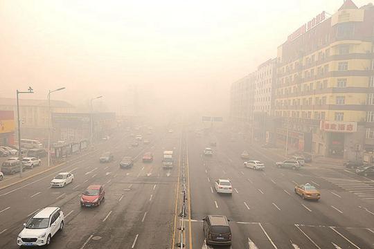 哈尔滨今晨遭遇雾和霾 能见度不佳
