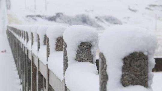 """甘�C碌曲""""一夜白�^"""" 最大雪深8厘米"""