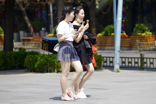 北京晴热恍如初夏 美女裙装短裤秀美腿