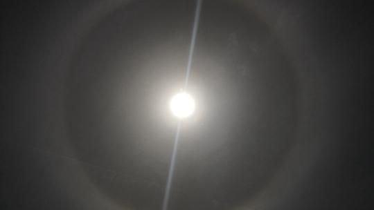 """壮观!内蒙古鄂尔多斯市现""""日晕""""景观"""