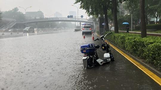 北京雷声阵阵雨倾盆 部分地区出现积水