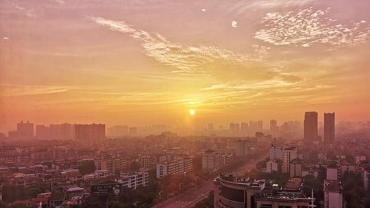 湖南岳阳:朝霞初升 天空染金