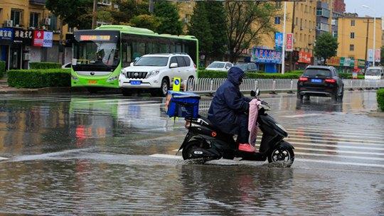 辽宁辽阳雨持续 低洼处出现积水