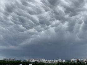 北京雷雨来袭 天空上演浓墨重彩大片
