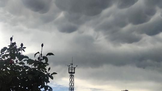 甘肃华亭强对流突袭 天空惊现乳状云