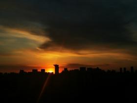 今晨北京太阳初升 光芒万丈衬朝霞