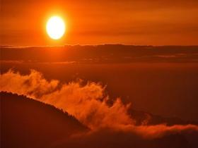 重庆丰都上演云披紫霞伴日落的视觉盛宴