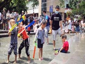 晴热来袭!重庆萌娃水景池中尽享清凉