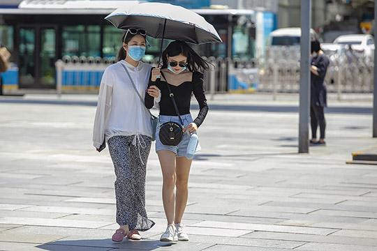 暴晒!北京迎来今年来首个高温天 街头行人清凉出行