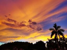 广东雨后绚丽晚霞染红天空