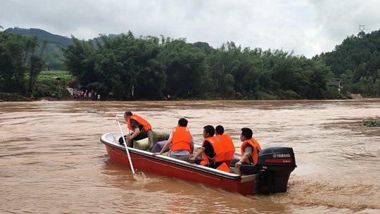 暴雨襲擊廣西 救援隊用沖鋒舟運送物資