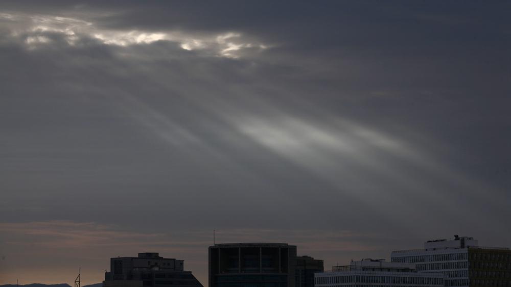 美呆!北京今日傍晚天空出現丁達爾效應