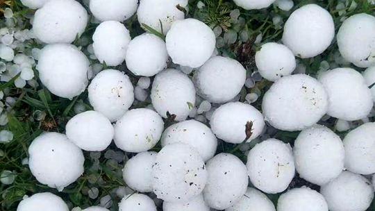 罕見冰雹襲青海瑪沁 屋頂被擊穿