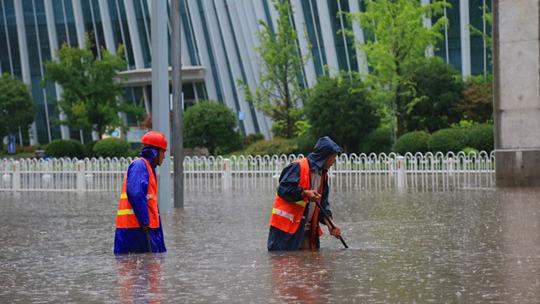 四川廣安遇強降水 內澇嚴重水深沒過大腿