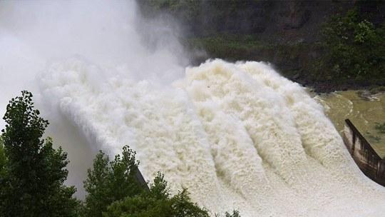 重慶酉陽強降雨致水位猛漲 水庫開閘泄洪