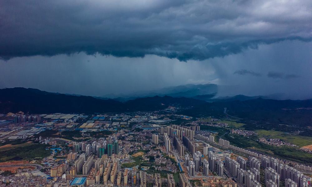 壮观!广东新兴乌云压城大雨倾泻 堪称大片