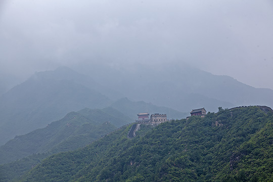 北京周末降雨仍频繁 居庸关长城雨雾重重