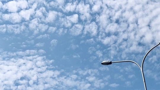 北京天空出现鱼鳞云 层层叠叠蔚为壮观