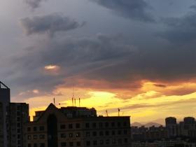 北京雨后乌云伴晚霞 天空惊艳