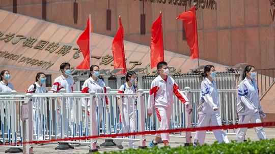 高考首场考试结束 北京晴晒家长打伞等待考生