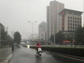 """北京早高峰雨水来""""叨扰"""" 路面湿滑交通压力大"""