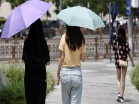 """北京闷热西单开启喷雾降温 行人""""短裤+遮阳伞""""成标配"""