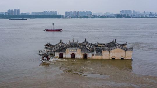 湖北鄂州江水猛涨 观音阁屹立不倒