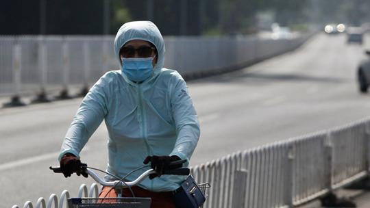 """北京闷热""""应景""""入伏 行人防晒包裹严实"""