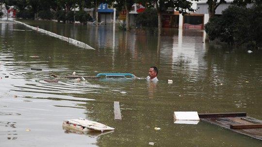 连日强降雨 安徽巢湖柘皋镇被洪水围困