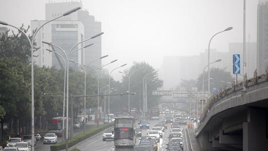 北京周一早高峰遇降雨 交通拥堵能见度下降