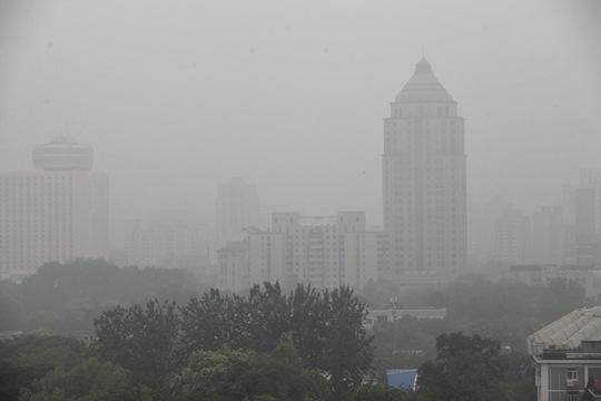 北京雾气弥漫能见度下降 大兴通州发布大雾预警