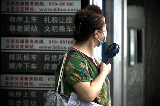 """北京""""桑拿天""""闷热异常 街头行人汗流浃背"""