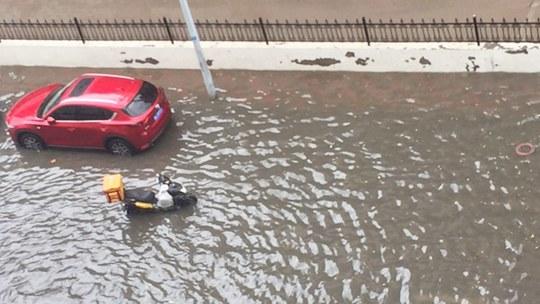 天津遭遇强降雨 部分路段积水难行