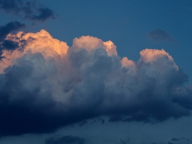 抬头看!此刻北京上空惊现棉花糖云彩