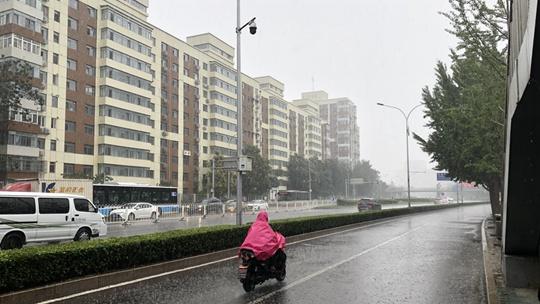 """?北京雨水再""""上線"""" 路面濕滑注意交通安全"""