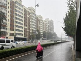"""北京雨水再""""上线"""" 路面湿滑注意交通安全"""