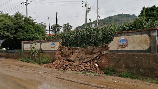 甘肃庆阳遭遇强降雨 道路塌陷围墙倒塌