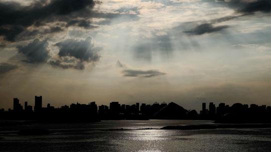 美翻天!哈尔滨太阳岛光瀑晚霞齐现天空