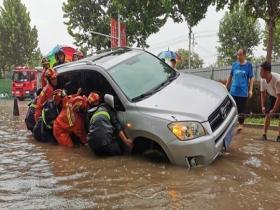 强降雨致山东德州积水严重 车辆不慎掉入沟中