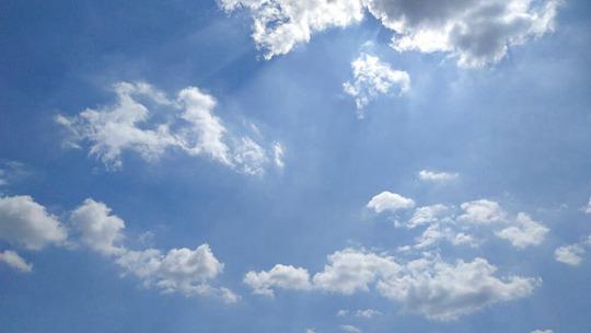 雨后天蓝如一汪海水 白云悠悠点缀天空