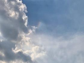云隙光彩云齐现天际 惊艳北京天空