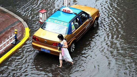 """哈尔滨降雨来袭 主城区街道变""""河流"""""""