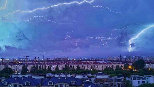 """""""银蛇""""乱舞!上海遭遇雷电天气"""