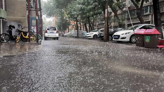 天津降雨路面湿滑 工作人员清理积水忙