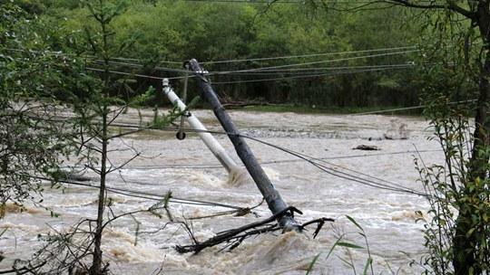 甘肃陇南甘南遭遇强降雨 电线杆被冲倒