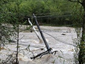 甘肃陇南甘南遭遇强降雨 房屋损毁电线杆被冲倒